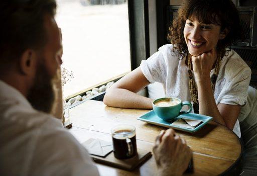 男性の口臭が気になりつつも普通に接する女性