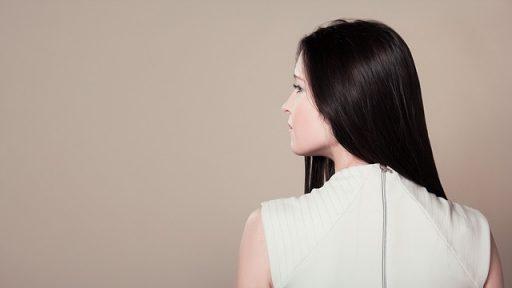 後ろ髪が綺麗な女性