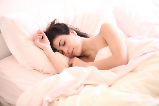 朝ゆっくり寝ている女性