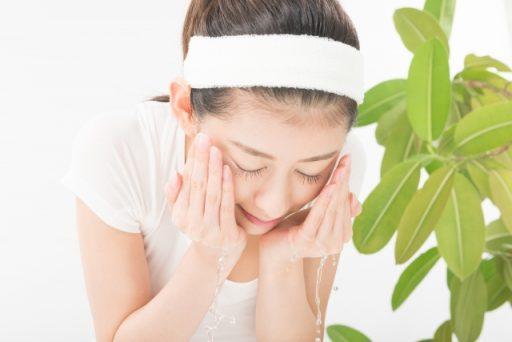 ニキビ用洗顔料を使って洗顔をする女性