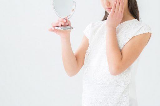 肌の乾燥に悩み保湿効果のオールインワンジェルを使う女性