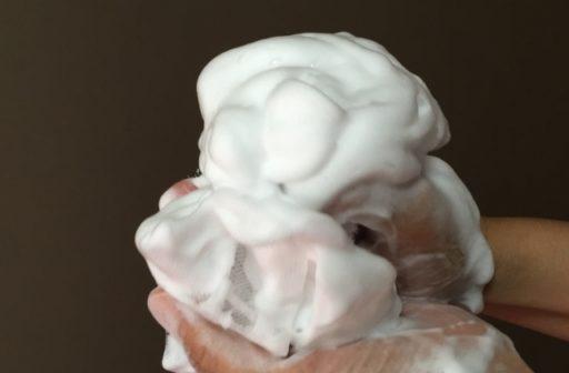 洗顔ネットで洗顔料を泡立てる