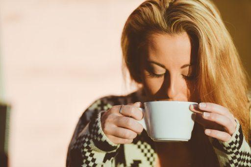 豆乳を美味しく飲む女性